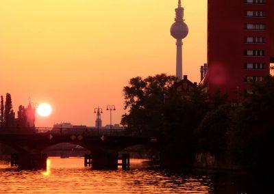 Fernsehturm mit Sonnenuntergang - Ms Europa - Schiff Mieten Berlin