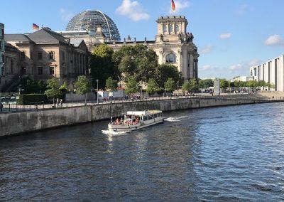 Ms La Belle am Reichtagsgebäude - Schiff mieten Berlin