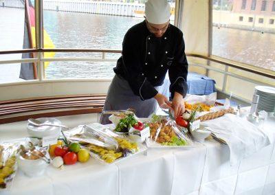 Buffetvorbereitung auf der Ms La Belle - Schiffsvermietung Berlin