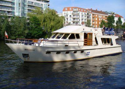 Seitenansicht der Ms Bellevue - Yacht charter Berlin