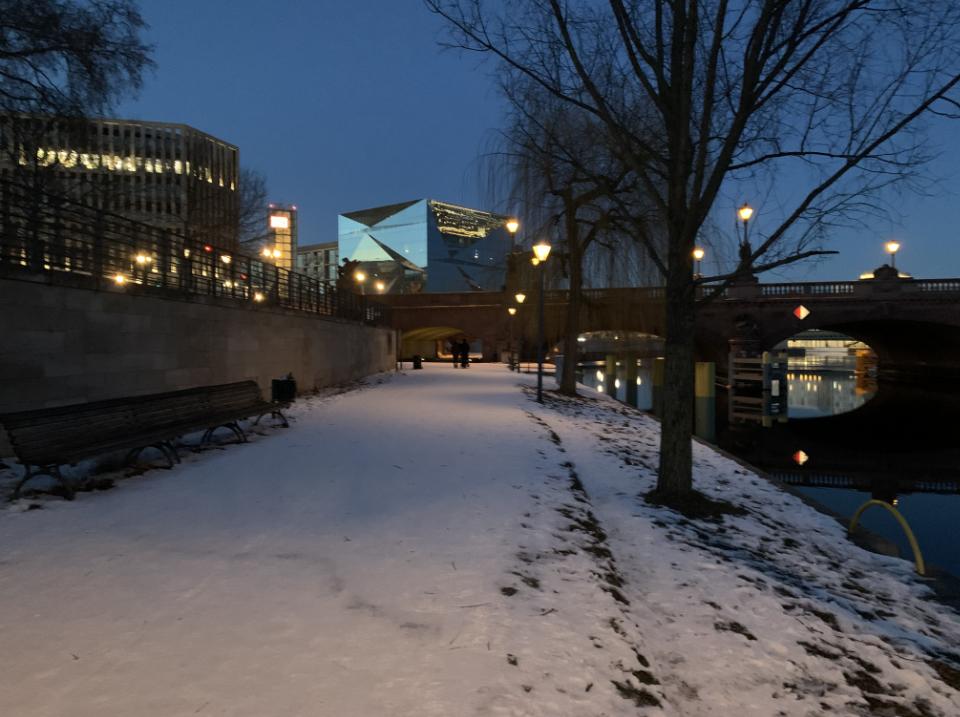 winterspaziergang-berlin-magnus-hirschfeld-ufer-moltkebruecke-cube