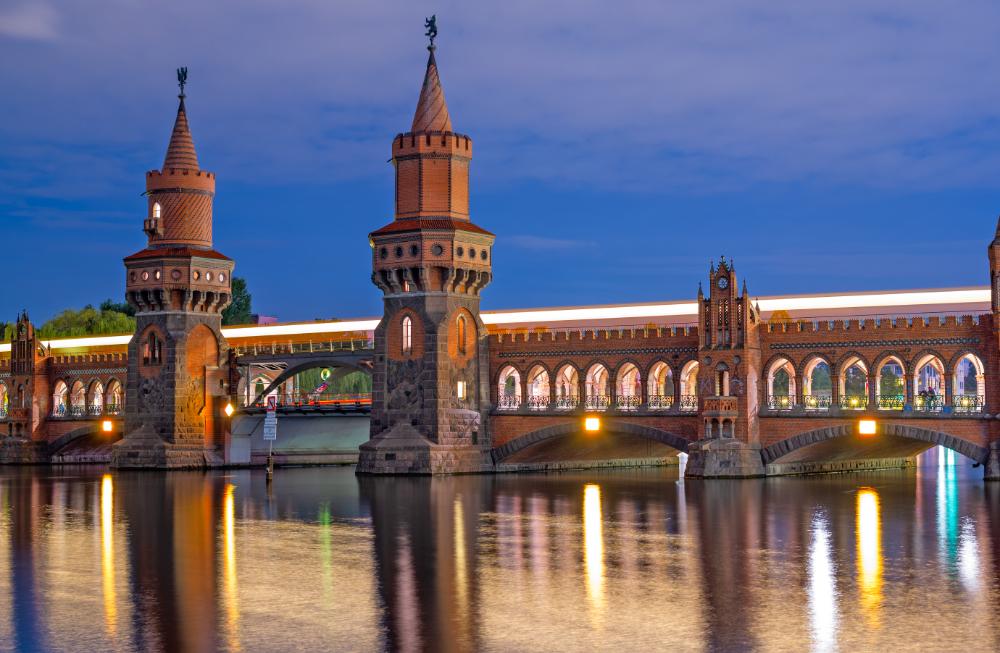 berlin-am-abend-schifffahrt-oberbaumbruecke